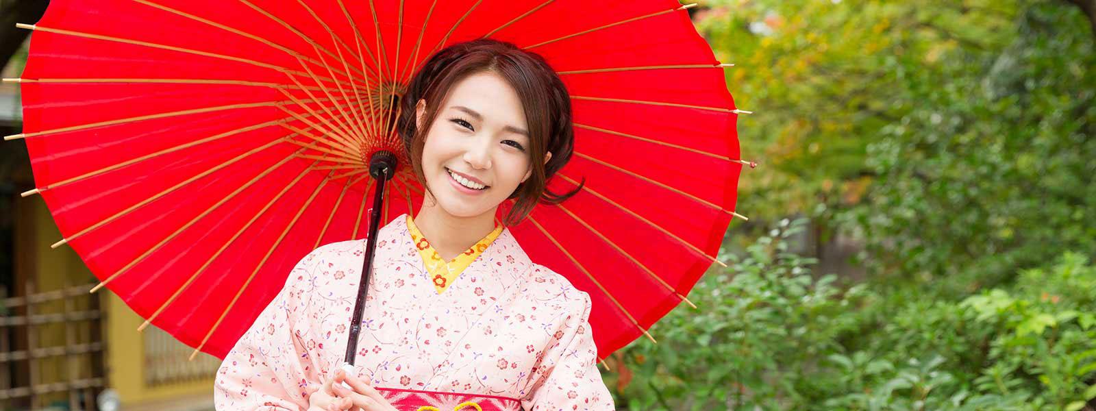Junge Japanerin (Geisha) mit Schirm